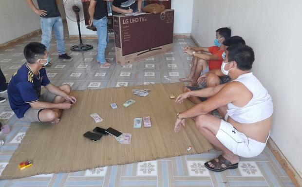 Bắc Giang: Dịch COVID-19 đang nóng, 5 thanh niên thản nhiên tụ tập ngồi đánh liêng - Ảnh 1.