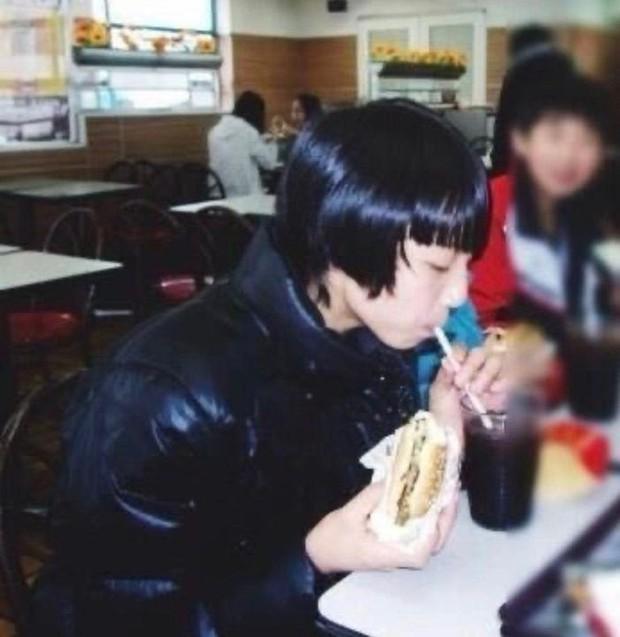 Năm xưa rón rén đi ăn, mười mấy năm sau cậu bé thành idol tự cho ra suất ăn McDonalds riêng khiến triệu fan thế giới náo loạn giành giật - Ảnh 3.