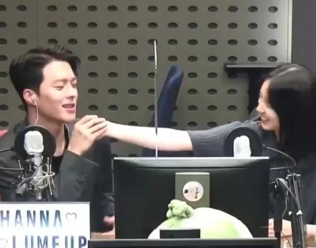"""Cặp Reply 1988 Hyeri và Ryu Jun Yeol bị nghi đã chia tay, tất cả vì hành động tình quá đà của nữ diễn viên với """"tình màn ảnh"""" Jang Ki Yong - Ảnh 4."""