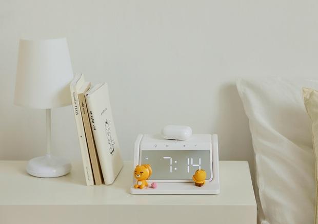Xỉu ngang với món mới hot hit nhà Kakao Friends: Đồng hồ kiêm sạc không dây xịn xò, đã thế còn là máy khử trùng - Ảnh 3.