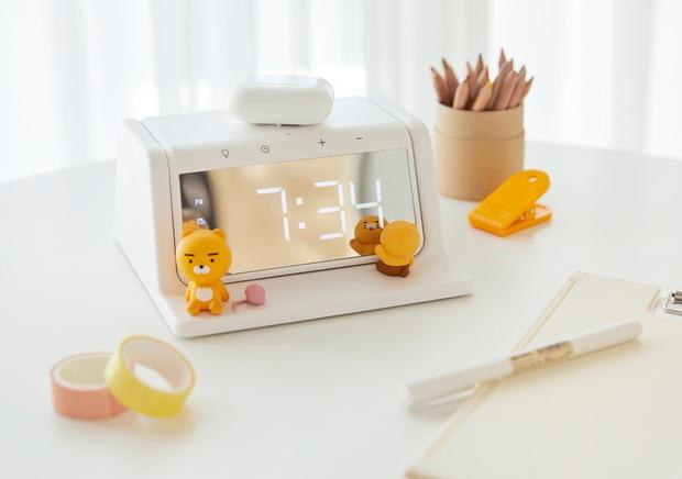 Xỉu ngang với món mới hot hit nhà Kakao Friends: Đồng hồ kiêm sạc không dây xịn xò, đã thế còn là máy khử trùng - Ảnh 1.