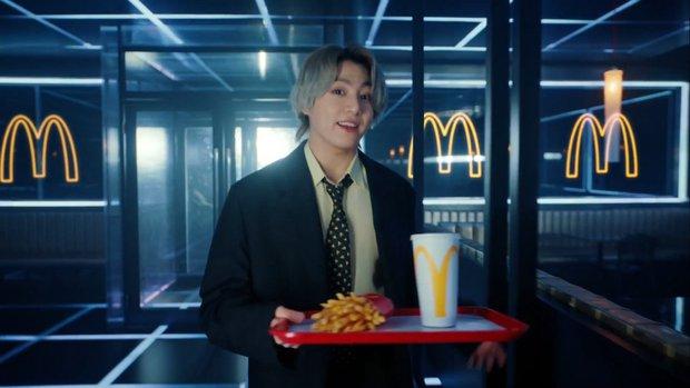 Năm xưa rón rén đi ăn, mười mấy năm sau cậu bé thành idol tự cho ra suất ăn McDonalds riêng khiến triệu fan thế giới náo loạn giành giật - Ảnh 5.