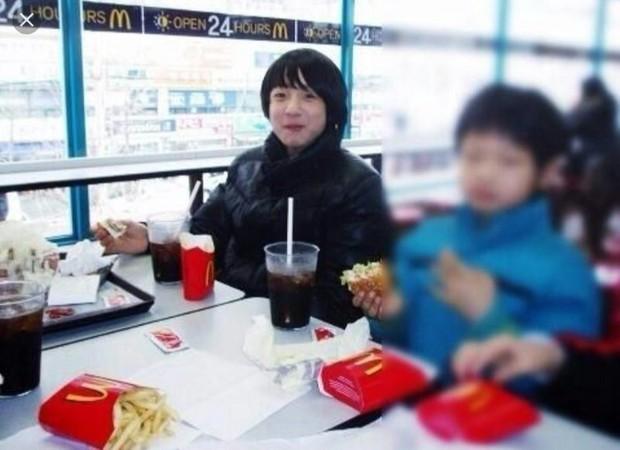 Năm xưa rón rén đi ăn, mười mấy năm sau cậu bé thành idol tự cho ra suất ăn McDonalds riêng khiến triệu fan thế giới náo loạn giành giật - Ảnh 2.
