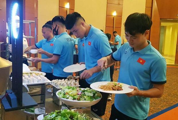 Tuyển Việt Nam khó tìm đầu bếp nấu ăn hợp khẩu vị ở Dubai - Ảnh 1.
