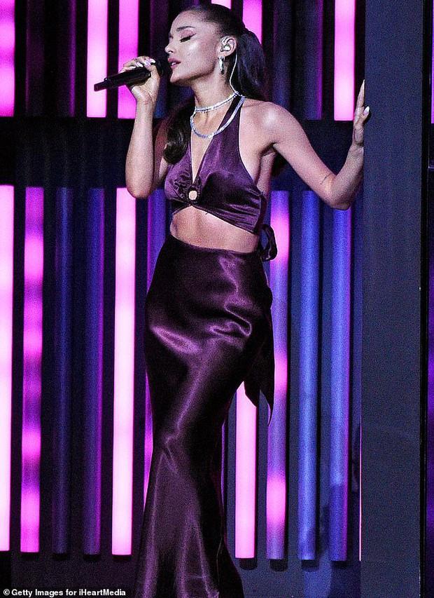 Ariana Grande xuất hiện lần đầu sau đám cưới, visual body đỉnh cao nhưng chiếc nhẫn cưới mới là tâm điểm - Ảnh 4.