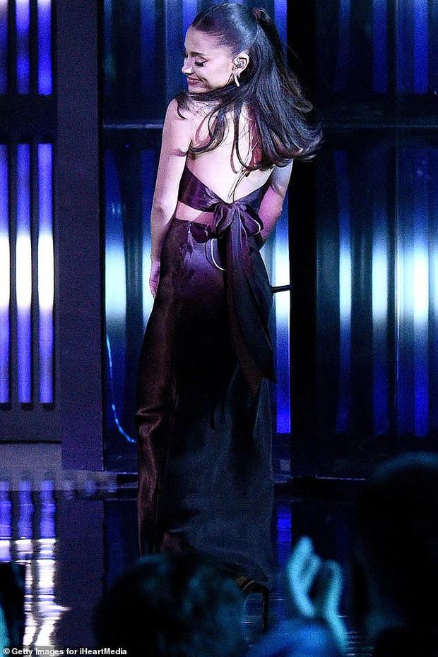 Ariana Grande xuất hiện lần đầu sau đám cưới, visual body đỉnh cao nhưng chiếc nhẫn cưới mới là tâm điểm - Ảnh 5.