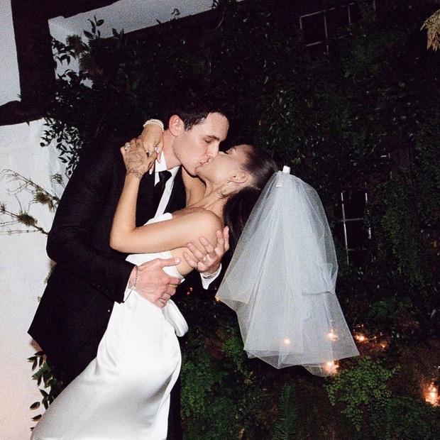 Ariana Grande xuất hiện lần đầu sau đám cưới, visual body đỉnh cao nhưng chiếc nhẫn cưới mới là tâm điểm - Ảnh 11.