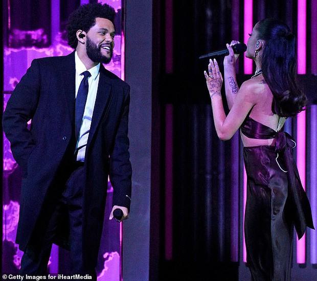 Ariana Grande xuất hiện lần đầu sau đám cưới, visual body đỉnh cao nhưng chiếc nhẫn cưới mới là tâm điểm - Ảnh 8.