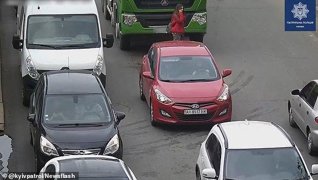 Tai nạn kinh khủng: Cô gái bị xe tải cán thẳng vào người khi đang qua đường chỉ vì thói quen xấu nhiều người mắc phải - Ảnh 2.
