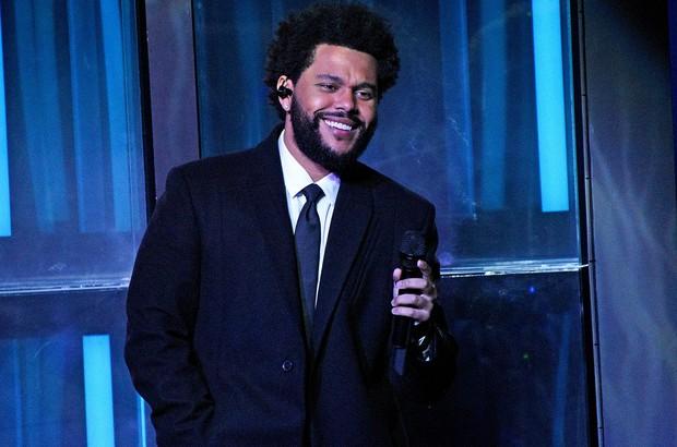 Phát hiện Taylor Swift xài hàng pha ke ngay trên sóng trực tiếp iHeartRadio Music Awards: cái phông nền sai thế nhỉ? - Ảnh 8.