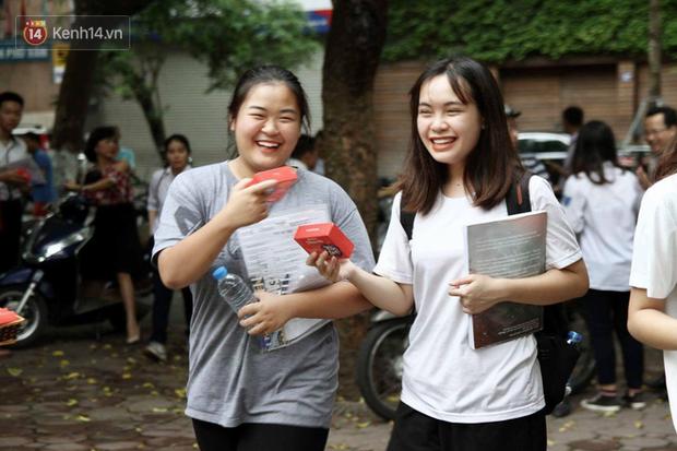 Học sinh cuối cấp của Hà Nội đã hoàn thành năm học 2020-2021 - Ảnh 1.