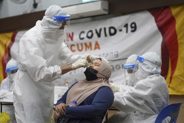 Malaysia đối mặt với làn sóng dịch COVID-19 mới, nhiều thành phố ở Trung Quốc đạt miễn dịch cộng đồng - Ảnh 3.