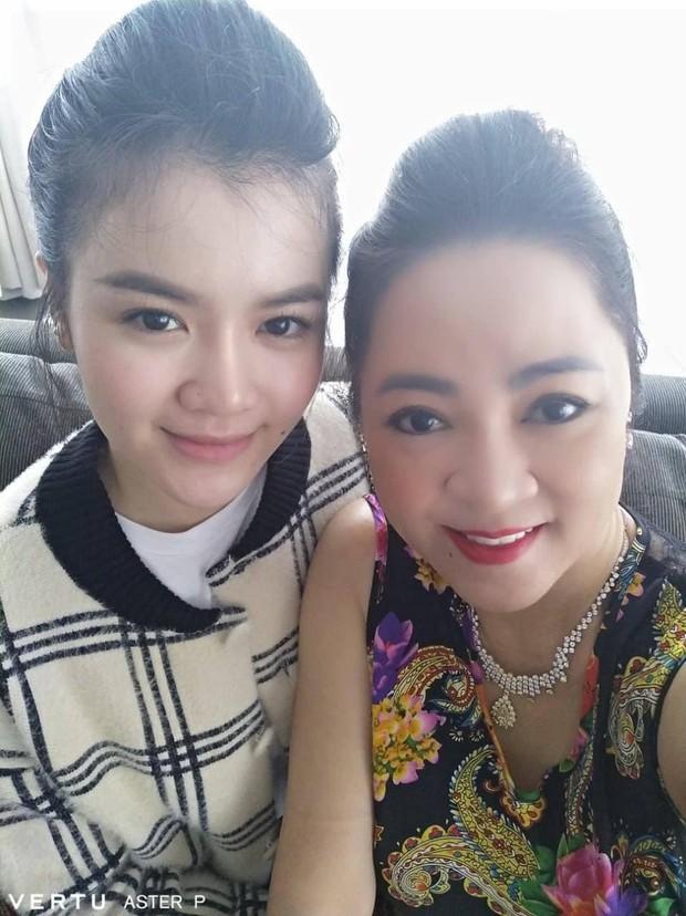 Lộ ảnh mặt mộc hiếm hoi của con dâu bà Phương Hằng, vẻ ngoài giống mẹ chồng đại gia đến bất ngờ - Ảnh 1.