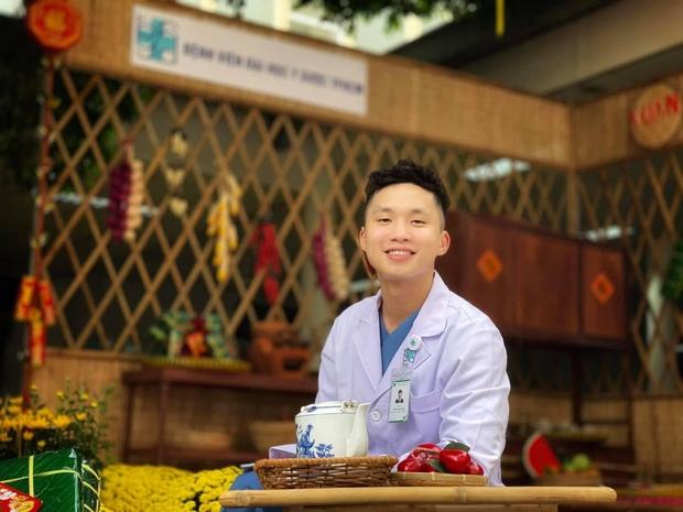 Bác sĩ trẻ cạo trọc đầu, rạng rỡ trước khi lên đường chi viện tâm dịch Bắc Giang: Mong đại dịch sớm qua, trả lại cuộc sống bình yên cho dân mình - Ảnh 2.