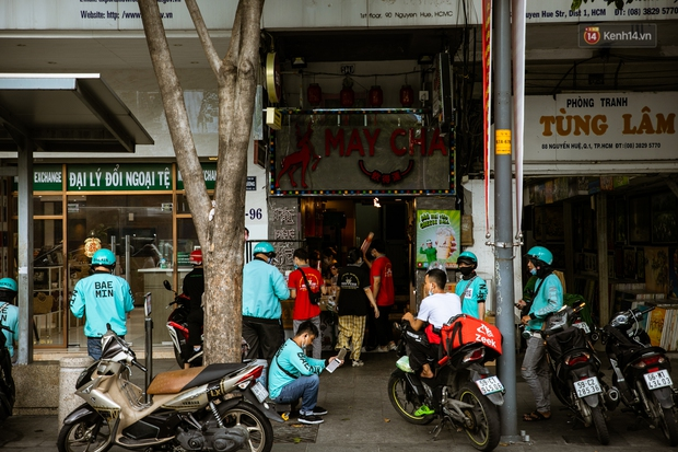 Quán xá Sài Gòn lao đao giữa mùa dịch: Thông báo bán mang đi nhưng nhiều nơi vẫn vắng hoe, khung cảnh ảm đạm bao trùm nhiều tuyến phố - Ảnh 6.