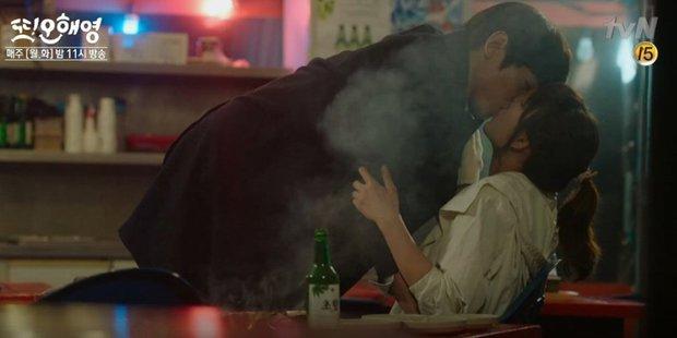Đỏ mặt với 10 nụ hôn táo bạo nhất phim Hàn: Màn lăn giường của Park Seo Joon vẫn xứng danh huyền thoại - Ảnh 15.