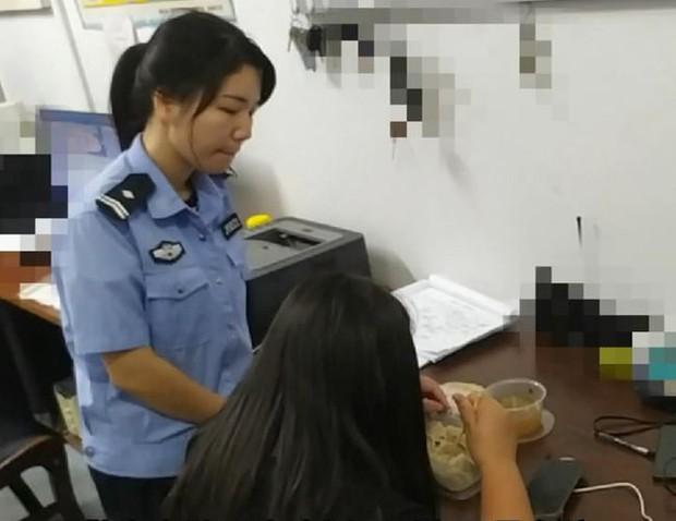 Vượt 300 cây số gặp bạn trai quen qua mạng, thiếu nữ 15 tuổi bị cho leo cây vì lộ mặt thật, phải đến đồn cảnh sát nhờ giúp đỡ - Ảnh 2.