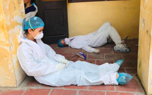 Thứ trưởng Bộ Y tế: Nắng nóng khắc nghiệt nên nhiều sinh viên tình nguyện đã bị ngất khi làm việc - Ảnh 1.