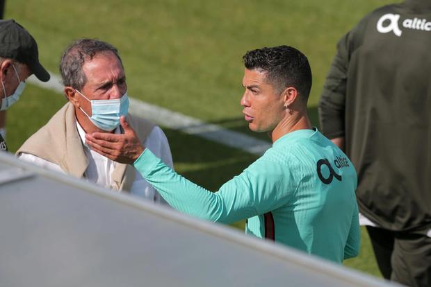 Ronaldo tập luyện để chuẩn bị cho Euro 2020, gây chú ý khi mang vào sân một vật có thể làm bị thương các đồng đội - Ảnh 2.