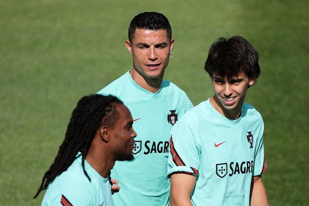 Ronaldo tập luyện để chuẩn bị cho Euro 2020, gây chú ý khi mang vào sân một vật có thể làm bị thương các đồng đội - Ảnh 4.