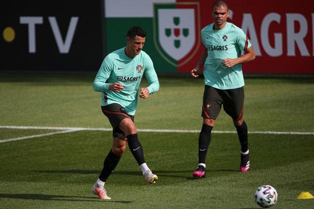 Ronaldo tập luyện để chuẩn bị cho Euro 2020, gây chú ý khi mang vào sân một vật có thể làm bị thương các đồng đội - Ảnh 5.