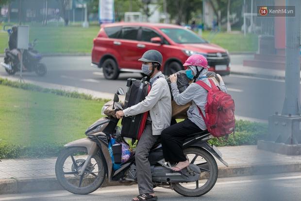 Chùm ảnh: Sinh viên Đại học Quốc gia TP.HCM vội vã rời ký túc xá nhường chỗ làm khu cách ly - Ảnh 3.