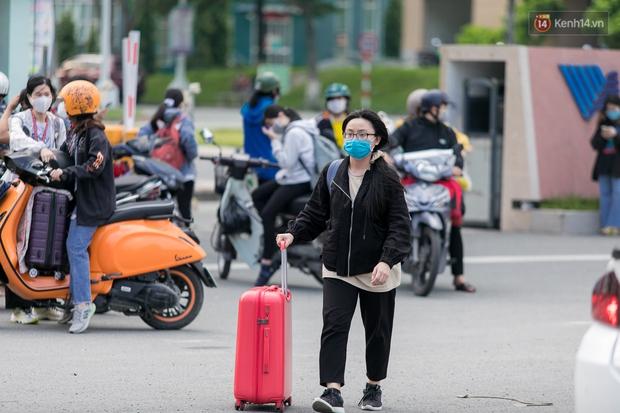 Chùm ảnh: Sinh viên Đại học Quốc gia TP.HCM vội vã rời ký túc xá nhường chỗ làm khu cách ly - Ảnh 11.