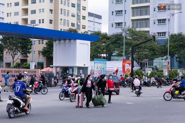 Chùm ảnh: Sinh viên Đại học Quốc gia TP.HCM vội vã rời ký túc xá nhường chỗ làm khu cách ly - Ảnh 2.
