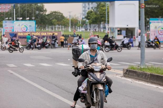Chùm ảnh: Sinh viên Đại học Quốc gia TP.HCM vội vã rời ký túc xá nhường chỗ làm khu cách ly - Ảnh 7.