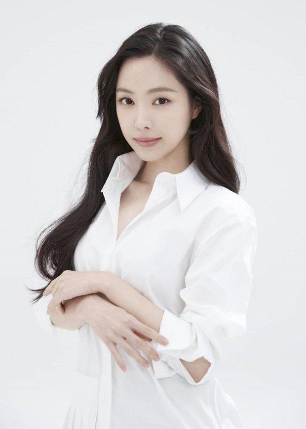 Naeun (Apink) thông báo chính thức gia nhập YG, nhưng netizen chỉ mải tranh cãi ảnh profile mặt đơ như tượng sáp của cô - Ảnh 3.