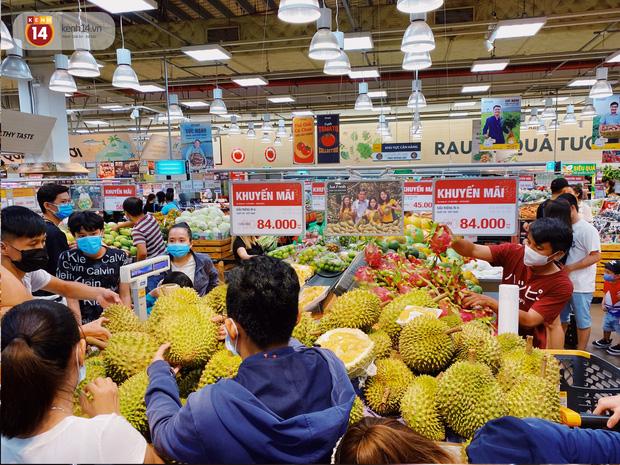 Ảnh: Cả E-mart Sài Gòn tối 2/5 chấn động vì 1 bé Khoai Tây đi lạc, người đông nườm nợp thấy mà choáng! - Ảnh 13.