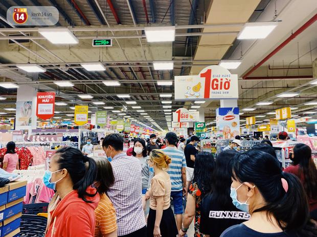Ảnh: Cả E-mart Sài Gòn tối 2/5 chấn động vì 1 bé Khoai Tây đi lạc, người đông nườm nợp thấy mà choáng! - Ảnh 18.
