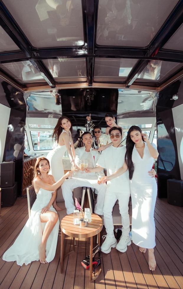 """Hội bạn thân Vbiz nghỉ lễ: Ngọc Trinh """"quẩy"""" gây phản cảm trên du thuyền, dàn nàng hậu mở tiệc visual"""" nhưng ấn tượng nhất là nhóm của Chi Pu - Ảnh 2."""