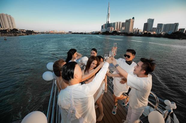 """Hội bạn thân Vbiz nghỉ lễ: Ngọc Trinh """"quẩy"""" gây phản cảm trên du thuyền, dàn nàng hậu mở tiệc visual"""" nhưng ấn tượng nhất là nhóm của Chi Pu - Ảnh 3."""