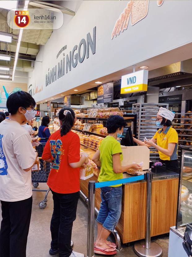 Ảnh: Cả E-mart Sài Gòn tối 2/5 chấn động vì 1 bé Khoai Tây đi lạc, người đông nườm nợp thấy mà choáng! - Ảnh 5.