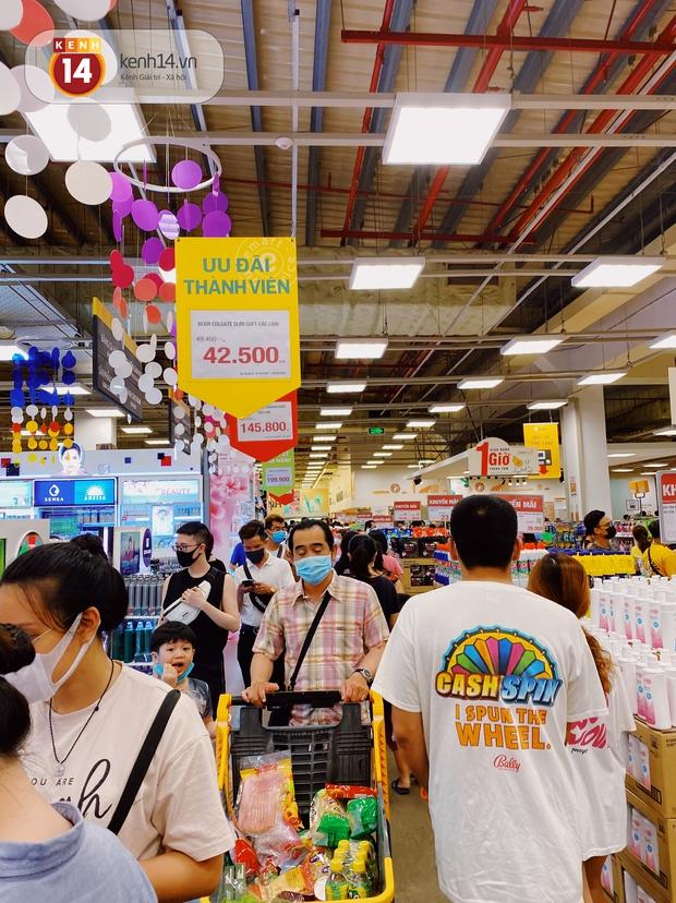 Ảnh: Cả E-mart Sài Gòn tối 2/5 chấn động vì 1 bé Khoai Tây đi lạc, người đông nườm nợp thấy mà choáng! - Ảnh 16.