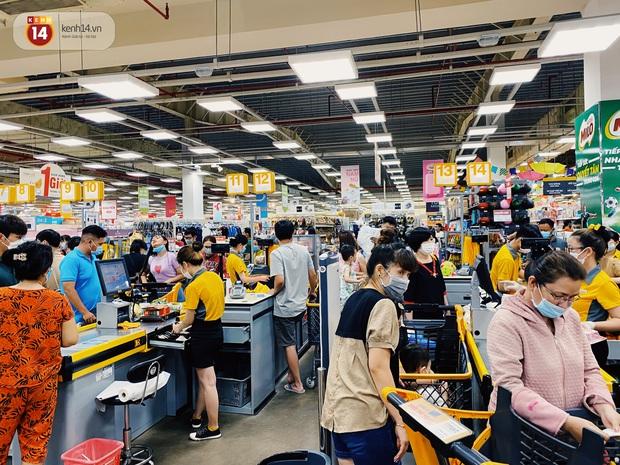 Ảnh: Cả E-mart Sài Gòn tối 2/5 chấn động vì 1 bé Khoai Tây đi lạc, người đông nườm nợp thấy mà choáng! - Ảnh 2.