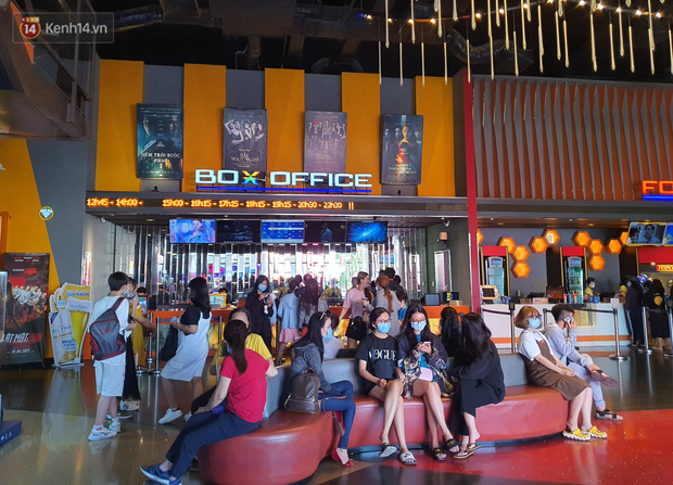 Chùm ảnh: Các rạp phim tại TP.HCM đông đúc trước giờ đóng cửa, nhiều bạn trẻ tranh thủ đi xem cho kịp giờ - Ảnh 9.