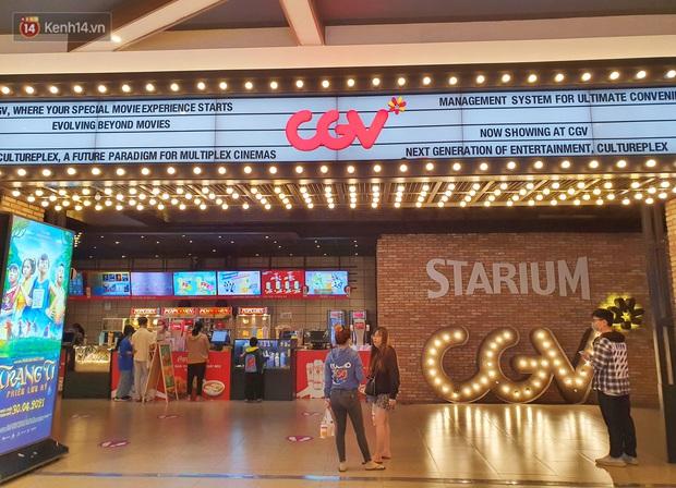 Chùm ảnh: Các rạp phim tại TP.HCM đông đúc trước giờ đóng cửa, nhiều bạn trẻ tranh thủ đi xem cho kịp giờ - Ảnh 1.