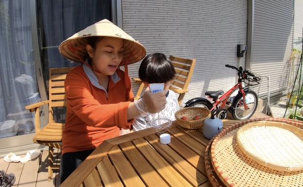 Quỳnh Trần JP tiếp tục gây tranh cãi vì nhắc bé Sa chào cô chú giữa trời nắng gắt, netizen có đang khó tính quá chăng? - Ảnh 5.