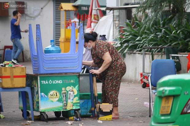 Hà Nội: Người dân tất bật đóng cửa, dọn dẹp hàng trà đá, quán ăn ven đường để phòng chống dịch Covid-19 - Ảnh 11.