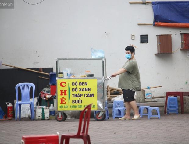 Hà Nội: Người dân tất bật đóng cửa, dọn dẹp hàng trà đá, quán ăn ven đường để phòng chống dịch Covid-19 - Ảnh 10.