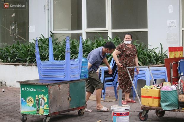 Hà Nội: Người dân tất bật đóng cửa, dọn dẹp hàng trà đá, quán ăn ven đường để phòng chống dịch Covid-19 - Ảnh 12.