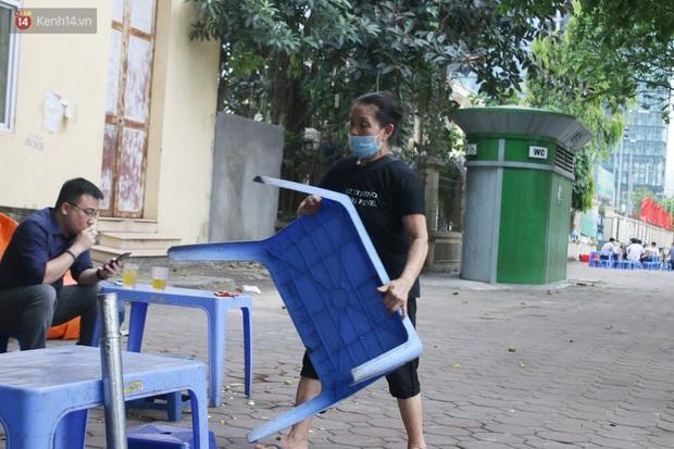 Hà Nội: Người dân tất bật đóng cửa, dọn dẹp hàng trà đá, quán ăn ven đường để phòng chống dịch Covid-19 - Ảnh 4.