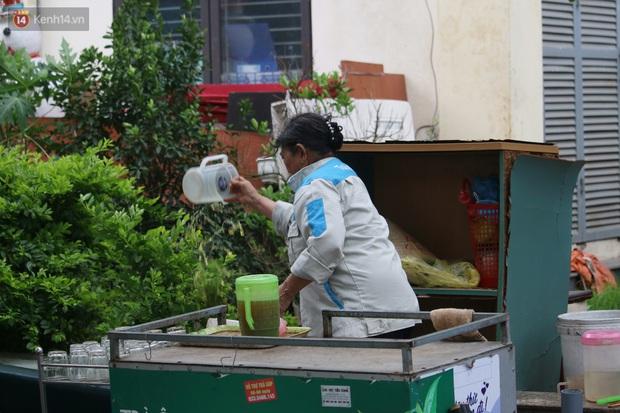 Hà Nội: Người dân tất bật đóng cửa, dọn dẹp hàng trà đá, quán ăn ven đường để phòng chống dịch Covid-19 - Ảnh 6.