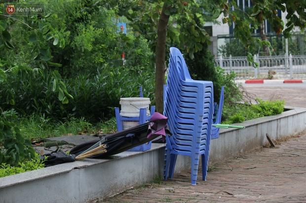 Hà Nội: Người dân tất bật đóng cửa, dọn dẹp hàng trà đá, quán ăn ven đường để phòng chống dịch Covid-19 - Ảnh 9.
