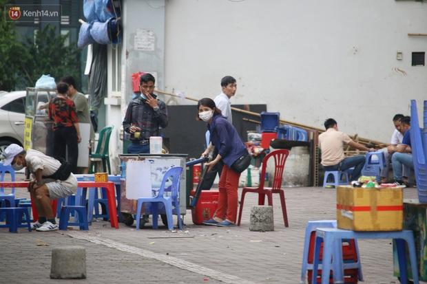 Hà Nội: Người dân tất bật đóng cửa, dọn dẹp hàng trà đá, quán ăn ven đường để phòng chống dịch Covid-19 - Ảnh 13.