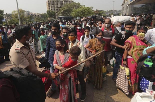 """Số người chết do COVID-19 ở Ấn Độ cao kỷ lục, """"biển người"""" Trung Quốc đi du lịch trong dịch bệnh - Ảnh 1."""