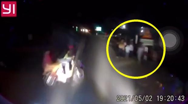 Đi xe đạp điện băng qua đường trước đầu xe khách, 2 nữ sinh bị tông trực diện, 7 người đứng bên vệ đường suýt gánh hạn chung - Ảnh 2.