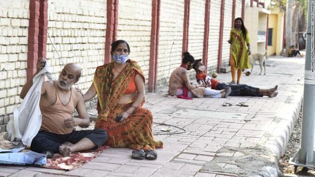 Bi kịch nối tiếp bi kịch: Bệnh viện giữa địa ngục Covid Ấn Độ đang trở nên quá kinh khủng, bệnh nhân phải cầu xin để thoát ra càng sớm càng tốt - Ảnh 1.